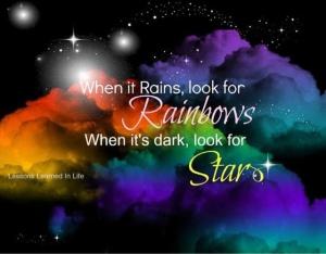 Cuando llueve busca arcoiris, cuando oscurece busca las estrellas