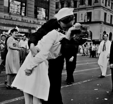 1945 beso con historia