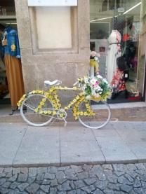 Precioso y florido adorno de bicicleta a las puertas de la boutique. Me encanto! :)