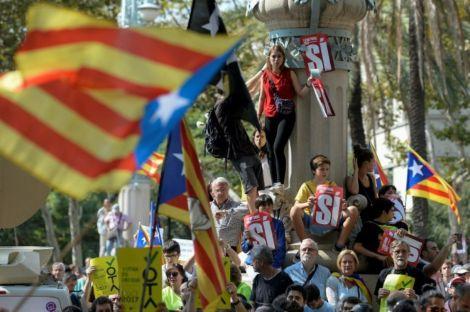 1057531-manifestation-pour-l-independance-de-la-catalogne-a-barcelone-le-21-septembre-2017